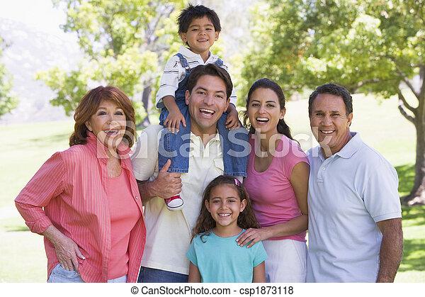 stehen lächelnd, familienkreis, draußen - csp1873118