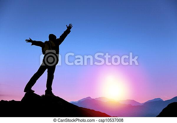 stehende , berg, aufpassen, oberseite, junger, sonnenaufgang, mann - csp10537008