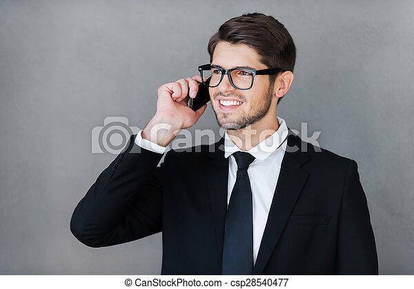 stehende , guten, talk., geschaeftswelt, sprechende , beweglich, weg, grau, gegen, junges schauen, telefon, während, hintergrund, geschäftsmann, glücklich - csp28540477