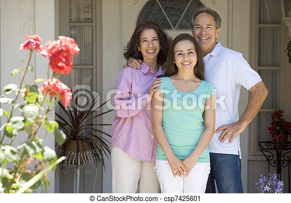 stehende , haus, draußen, familie - csp7425601