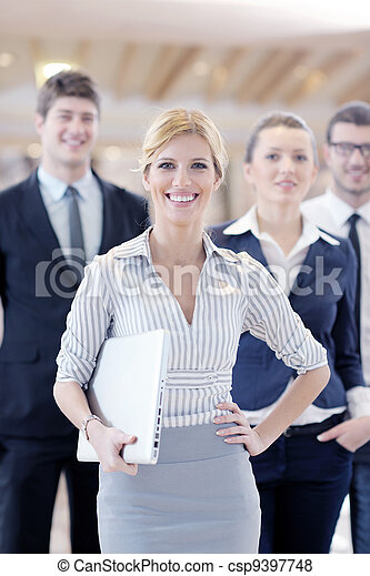 Geschäftsfrau, die mit ihren Mitarbeitern auf der Konferenz steht - csp9397748