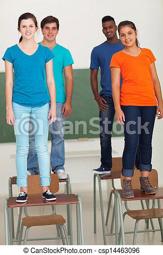 Die Schüler stehen auf den Schreibtischen - csp14463096