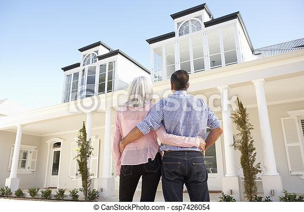 Das Senior Paar, das draußen steht, träumt nach Hause - csp7426054