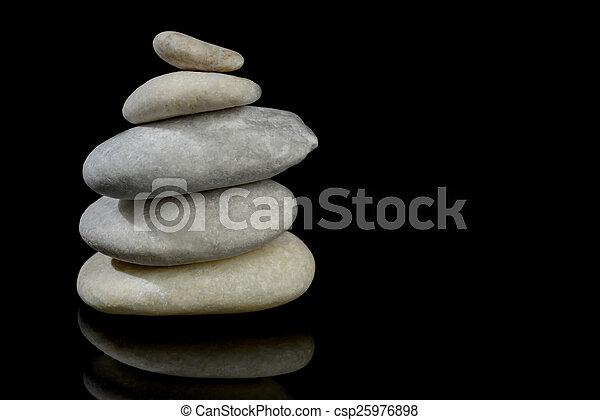 Steine stapelten isolierten schwarzen Hintergrund mit Reflexion - csp25976898