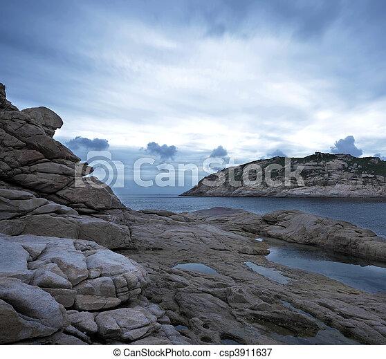 Sturmhimmel mit den Felsen, niedrige Sättigung - csp3911637