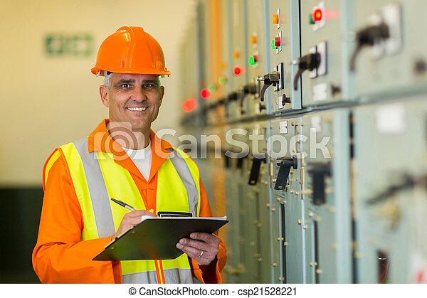 Mature Elektriker arbeitet im Kontrollraum - csp21528221