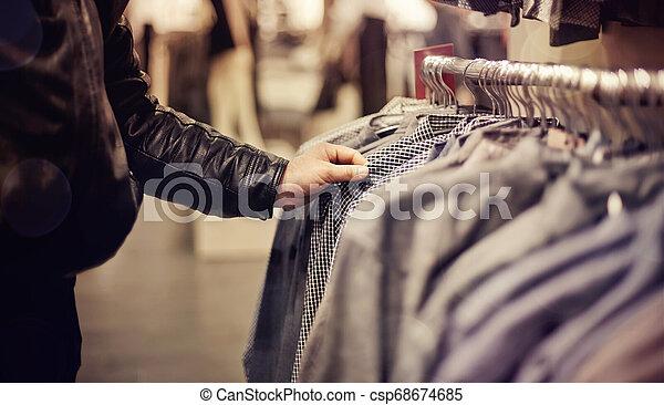Selección de ropa en la tienda. - csp68674685