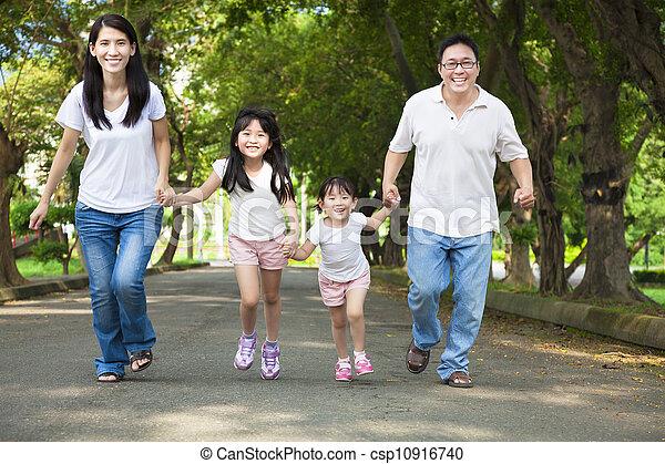 straat, wandelende, aziatische familie, vrolijke  - csp10916740