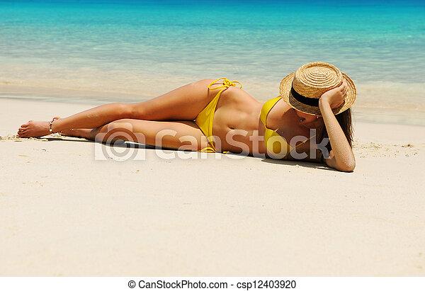 strand, kvinna - csp12403920