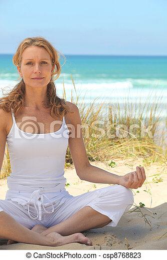 strand, kvinna, yoga - csp8768823