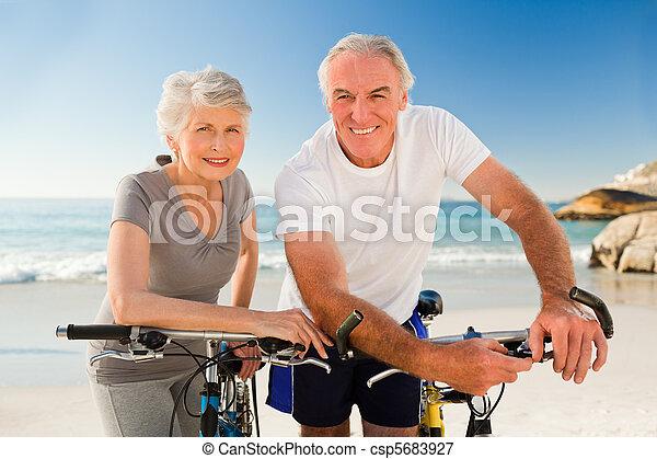 strand, paar, fietsen, gepensioneerd, hun - csp5683927