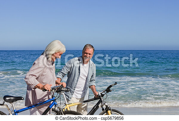 strand, paar, fietsen, gepensioneerd, hun - csp5679856
