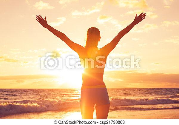 strand, vrouw, ondergaande zon , kosteloos, vrolijke  - csp21730863