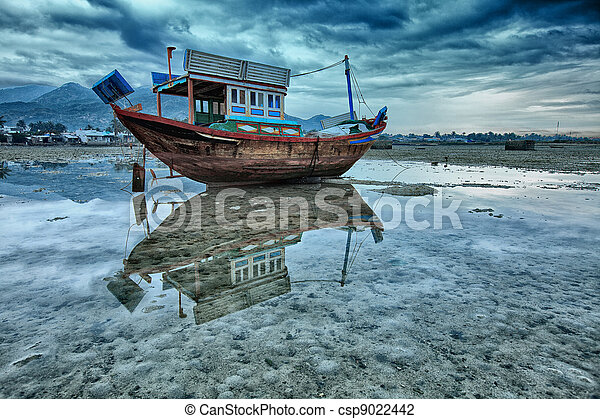 Stranded Boat During Low Tide - csp9022442