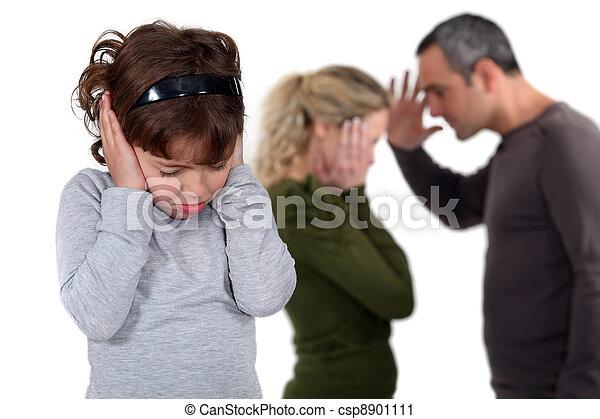 Die Tochter stand bei streitenden Eltern - csp8901111