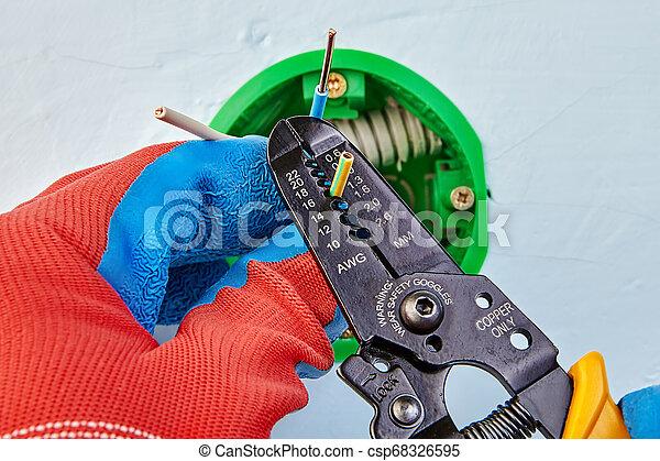 Elektroinstallation mit Stripperin. - csp68326595