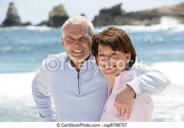 strolling, paar, strand, oud, langs - csp8798757