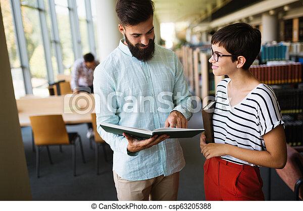 studenci, badając, młody, biblioteka, szczęśliwy - csp63205388