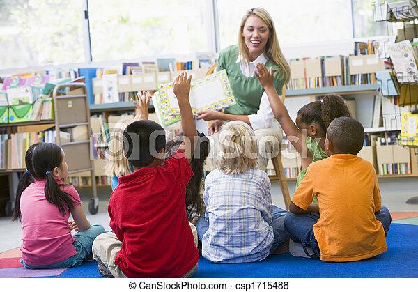 studenci, klasa, zgłaszanie się na ochotnika, nauczyciel - csp1715488