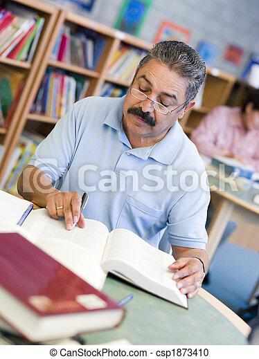 student, studerend , mannelijke , bibliotheek, middelbare leeftijd  - csp1873410