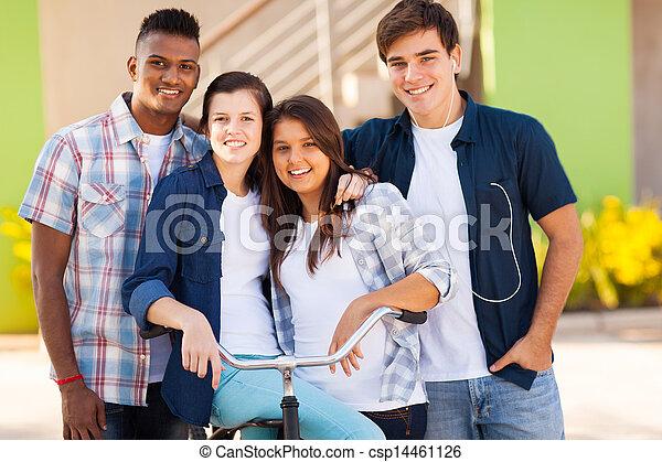 Eine Gruppe von High-School-Studenten draußen - csp14461126