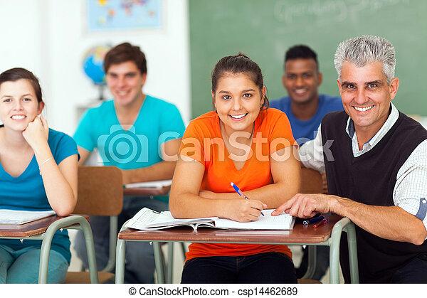 Highschool-Lehrer mit Schülern - csp14462689