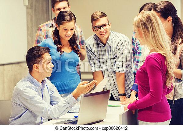 Gruppen von Studenten und Lehrer mit Laptop - csp30626412