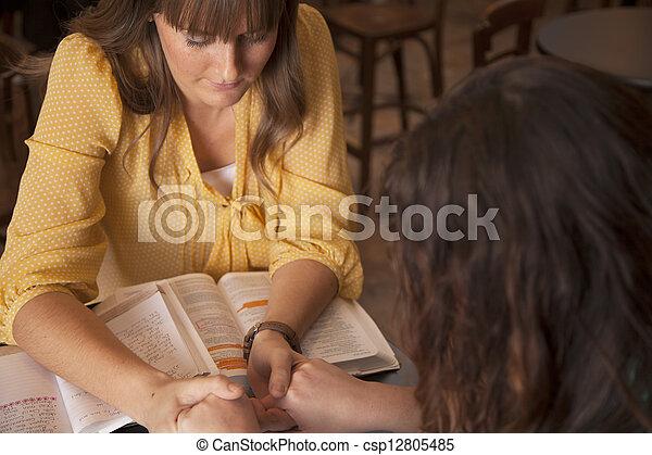 studeren, bijbel, vrouwen - csp12805485