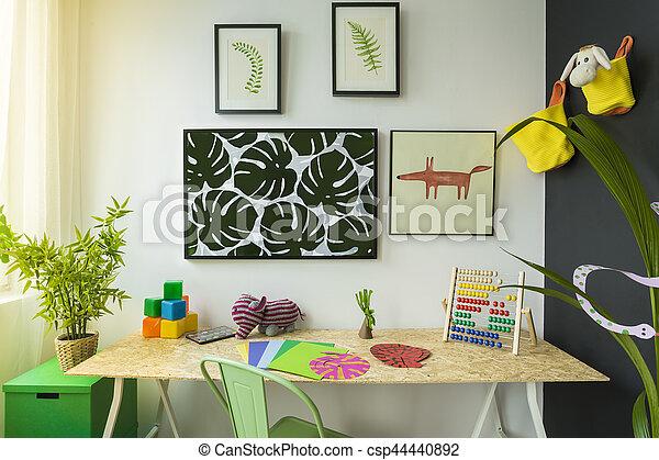 Kreatives Kinderzimmer Mit Schreibtisch Und Grunstuhl