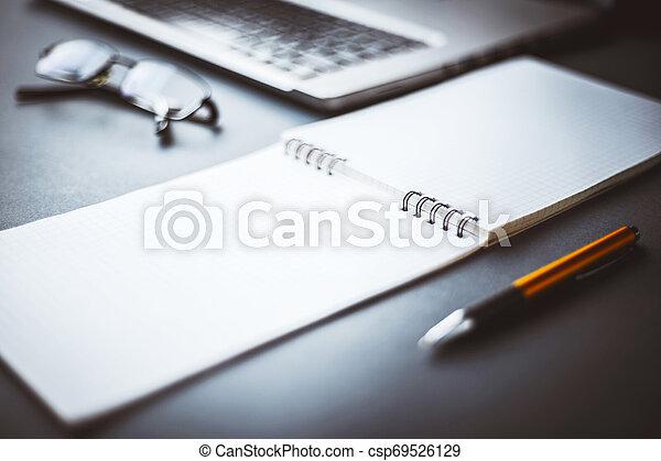 stylo, bloc-notes - csp69526129