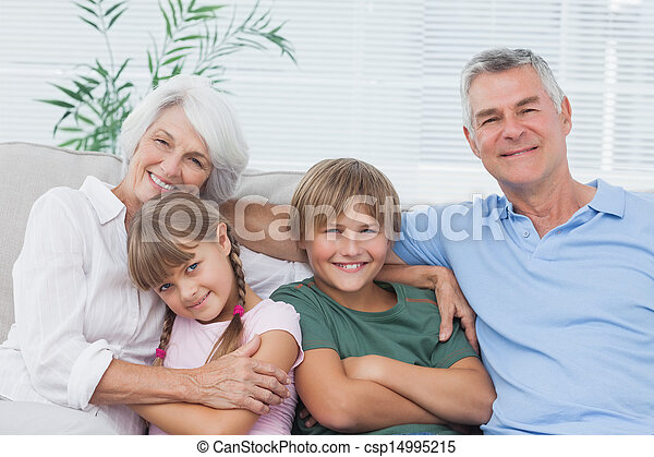 Retrato de abuelos con sus nietos - csp14995215
