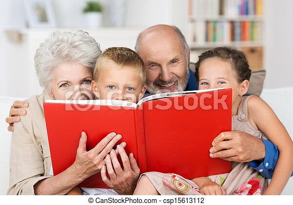 Nietos leyendo con sus abuelos - csp15613112