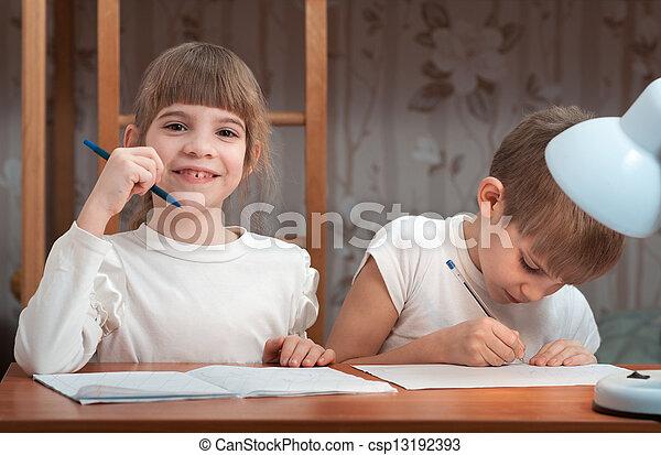 Los niños hacen sus deberes - csp13192393