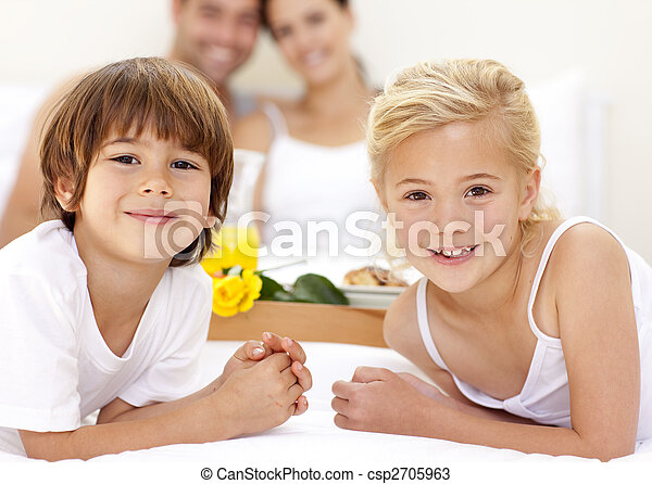 Retrato de niños en la cama con sus padres - csp2705963