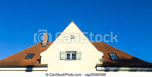 Casa familiar en las afueras con cielo azul - csp25085496
