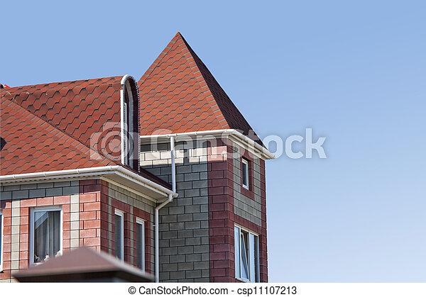 El techo rojo del moderno hogar suburbano de ladrillos - csp11107213