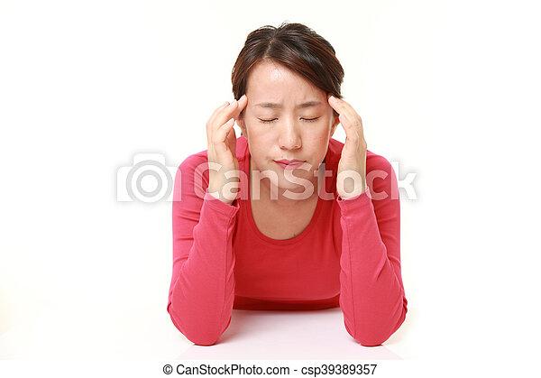 La mujer sufre dolor de cabeza - csp39389357