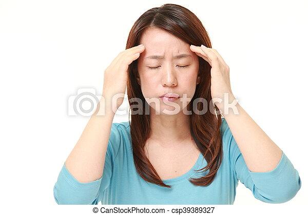 La mujer sufre dolor de cabeza - csp39389327