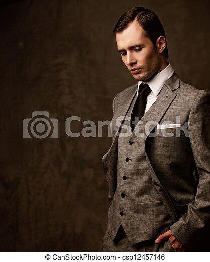 Hombre de traje gris. - csp12457146