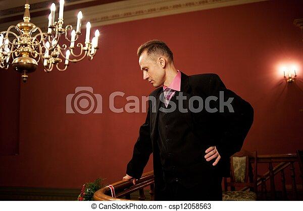 Un hombre guapo con traje. - csp12058563