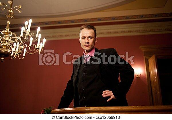 Un hombre guapo con traje. - csp12059918