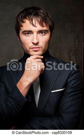 Un joven guapo con traje. - csp8330109