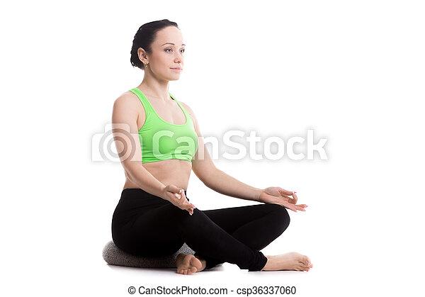 pose de yoga sukhasana con almohada chica serena