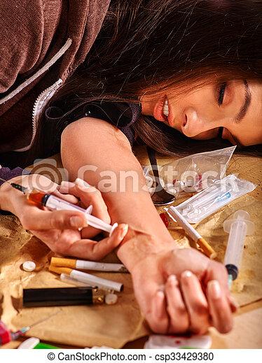 syringe., 女性, 藥物迷戀者 - csp33429380