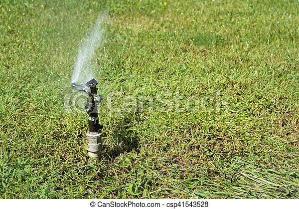 Rasen Bewässerungssystem system rasen bewässerung bewässerung kleingarten stockfoto