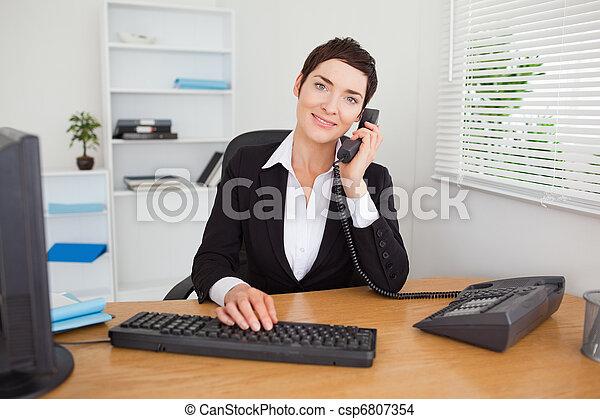 Photo de stock tlphone rpondre jeune secrtaire bureau