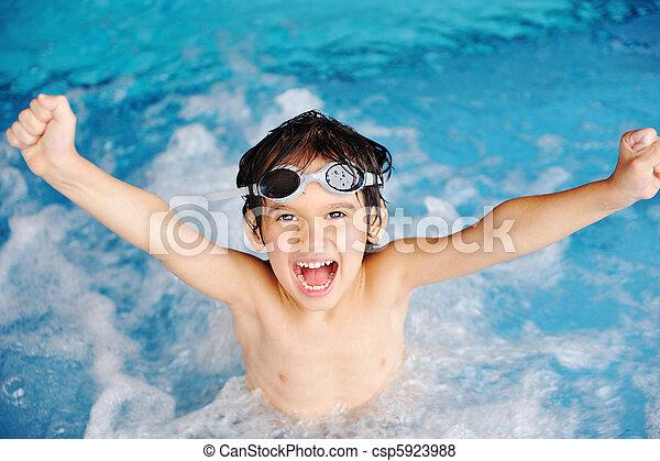 Aktivitäten am Pool, Kinder schwimmen und spielen in Wasser, Glück und Sommerzeit - csp5923988