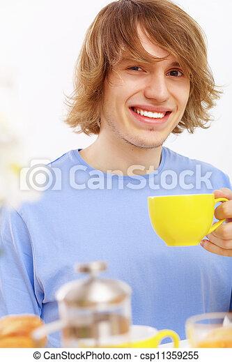 Joven feliz bebiendo té - csp11359255
