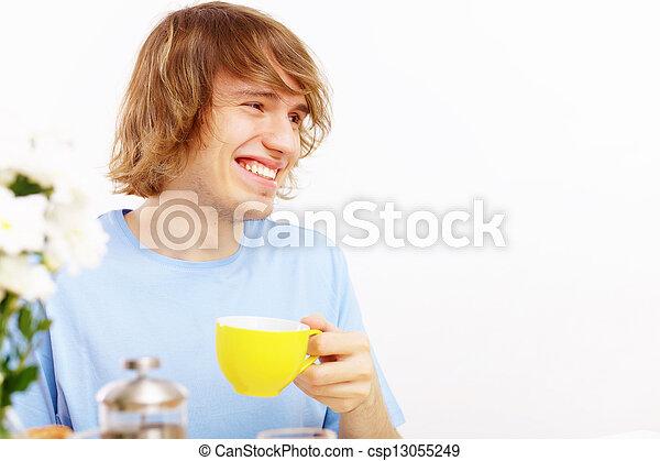 Joven feliz bebiendo té - csp13055249