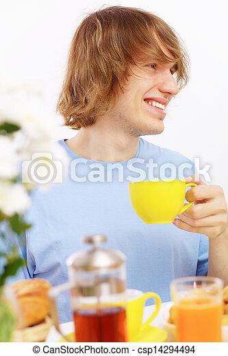 Joven feliz bebiendo té - csp14294494